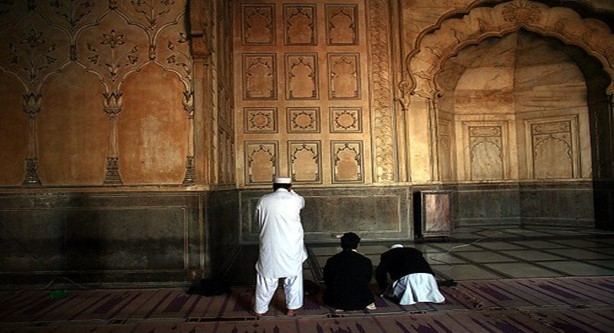 يسعى كل المواطنين في المجتمع الإسلامي الذي كسب رزقهم من مصادر لا تخالف الشريعة الاسلامية